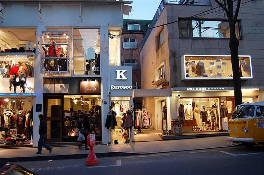"""Đến Khu Garosugil, bạn sẽ dễ dàng sắm được nhiều bộ đồ thời trang """"thương hiệu"""""""